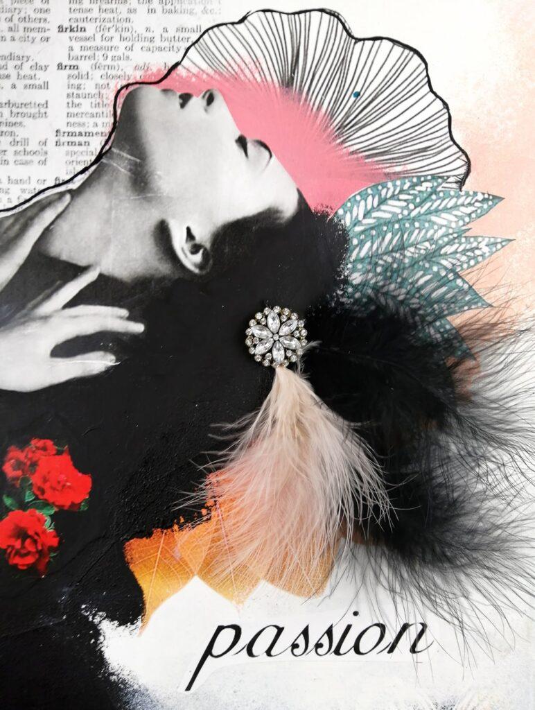 coller des plumes sur un collage artistique