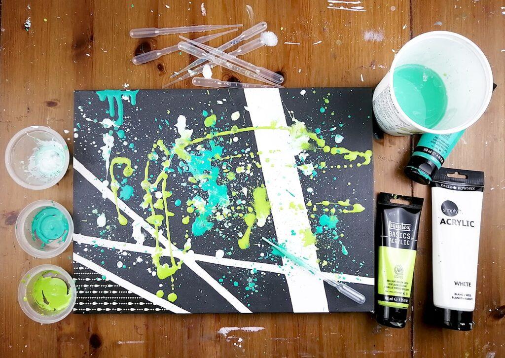 splash splatter peinture acrylique coulisse medium coulage