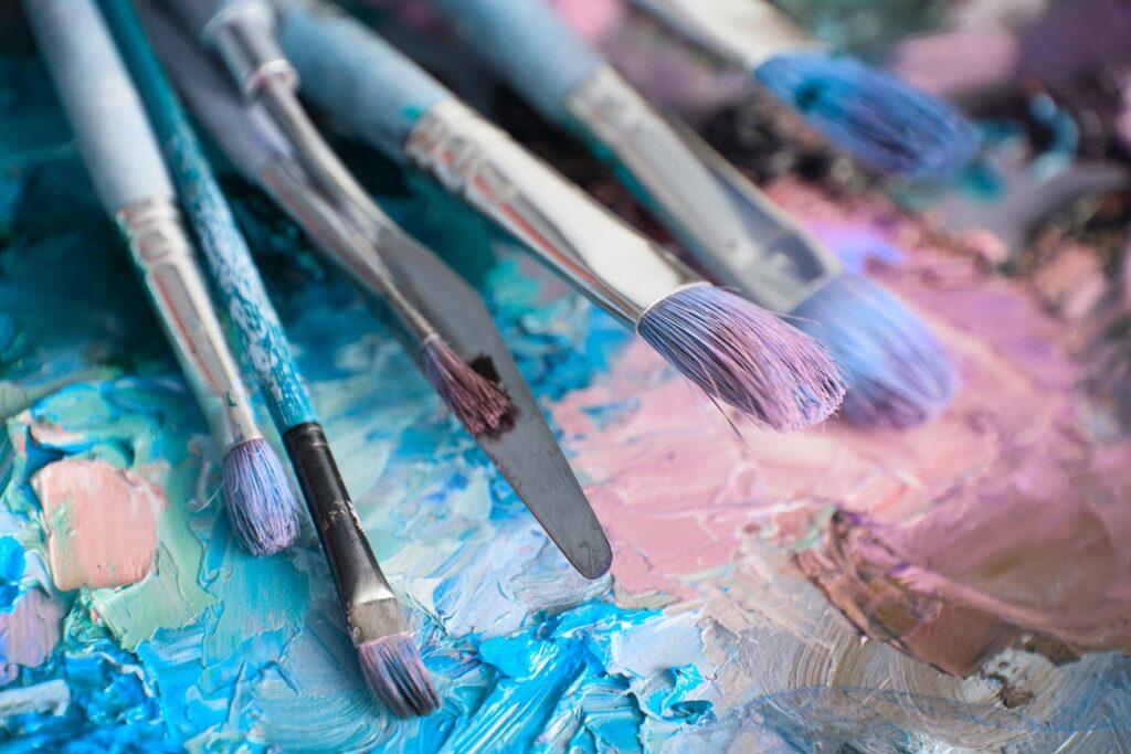 pinceau peinture acrylique et peinture à l'huile