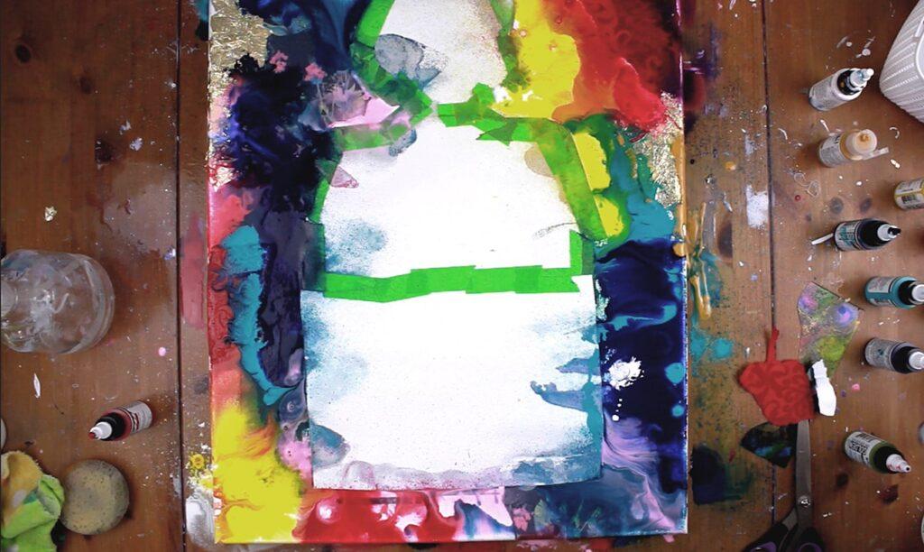 utilisation de la peinture acrylique fluide pour faire un fond abstrait